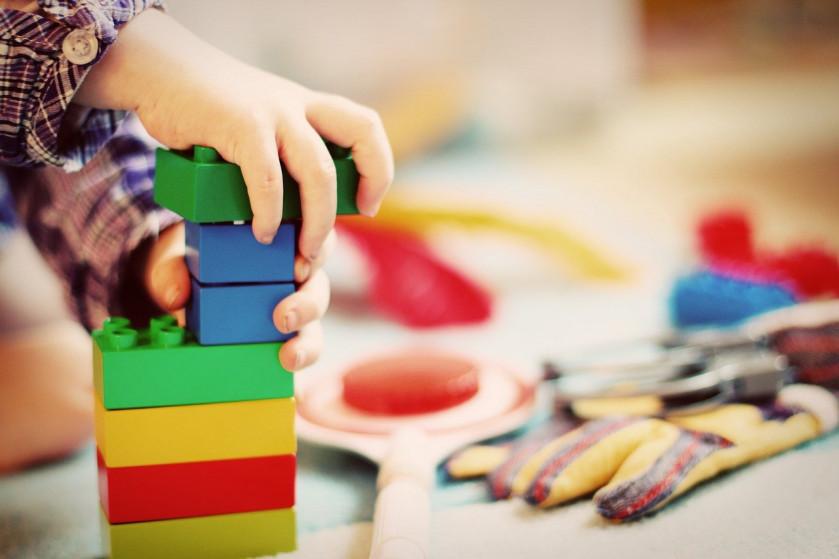 Prečo sa špeciálny pedagóg s deťmi hrá